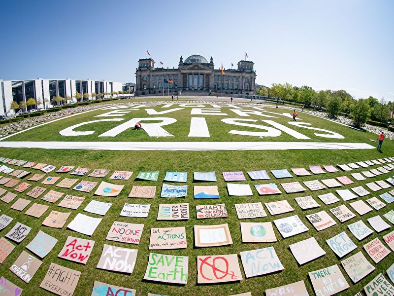 Kunstaktion: Fridays for Future demonstriert vor Bundestag – Berlin.de